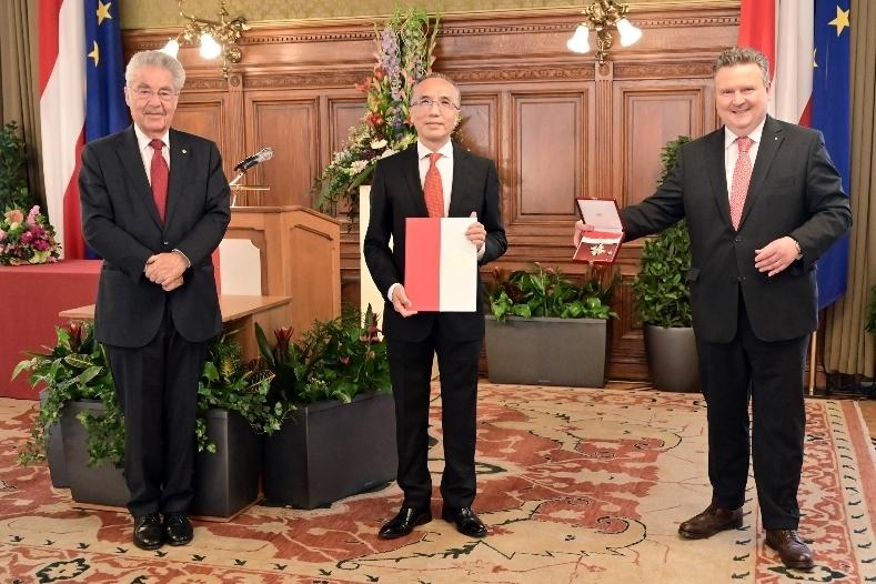 Mayor Ludwig awarded Ambassador Li with Grand Decoration of Honor
