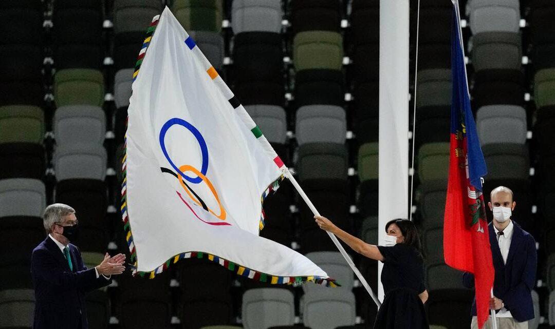 Mayor Hidalgo brought the Olympic flag to Paris